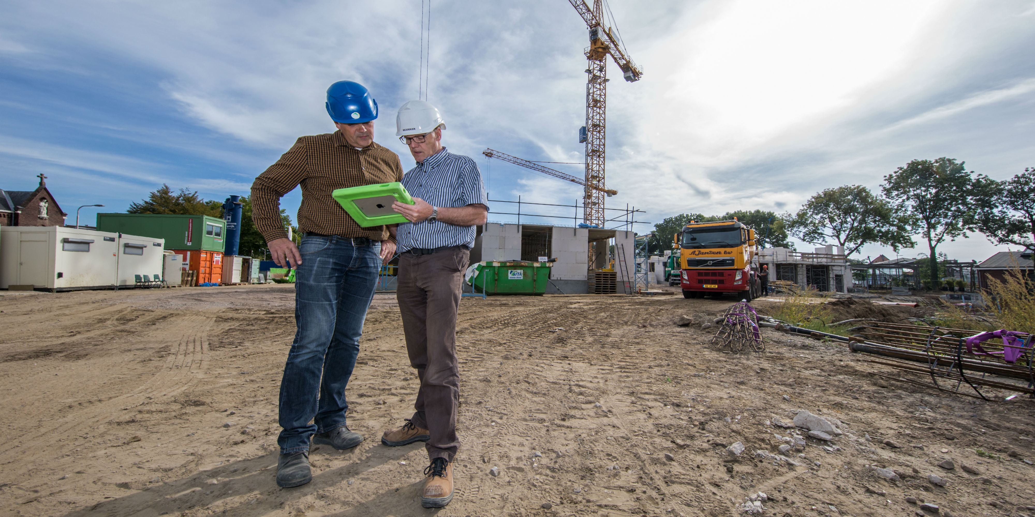 Meer mannen met een tablet van de ven bouw en ontwikkeling van de ven bouw - Ontwikkeling rond een zwembad ...